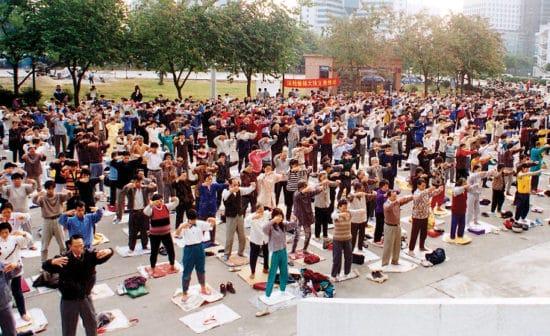 מתרגלי פאלון גונג (פאלון דאפא) מתרגלים בבוקר בפארק בבייג'ינג ב-1998