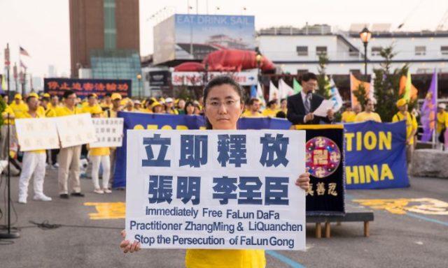 ג'אנג הונג-יו בעצרת להעלאת המודעות על מעצר אביה בסין, סמוך לקונסוליה הסינית במנהטן, ניו יורק, ב-16 ביולי 2018. (לארי דיי, האפוק טיימס)