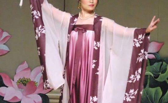 מתרגלת פאלון גונג (פאלון דאפא) מבצעת ריקוד סיני מסורתי מתקופת שושלת טאנג.