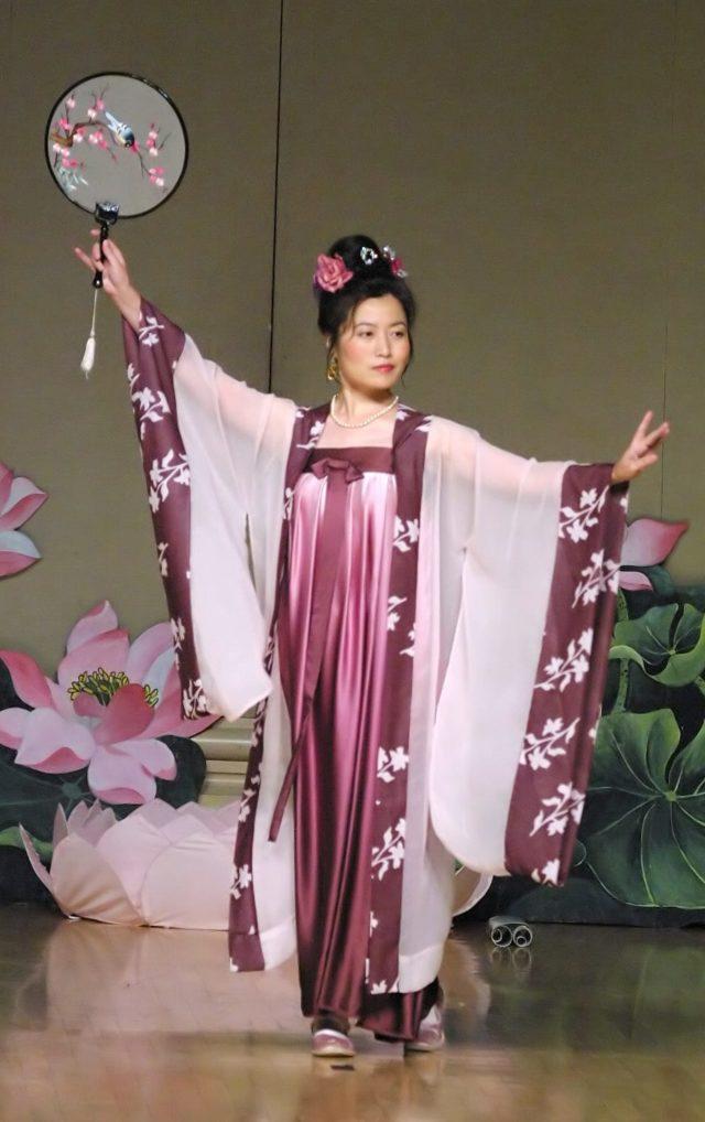 מתרגלת פאלון גונג מבצעת ריקוד סיני מסורתי מתקופת שושלת טאנג.